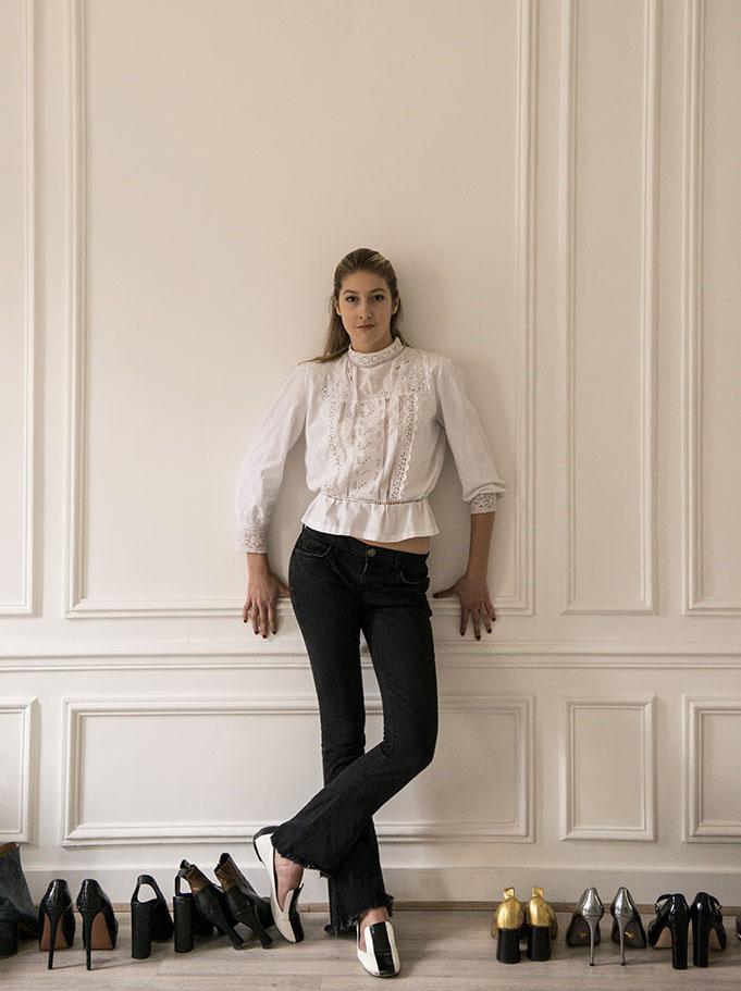 Chloé, porte un jean Current /Elliott, Colette et une blouse vintage achetée aux Puces de Saint Ouen, Chaussures Rochas.