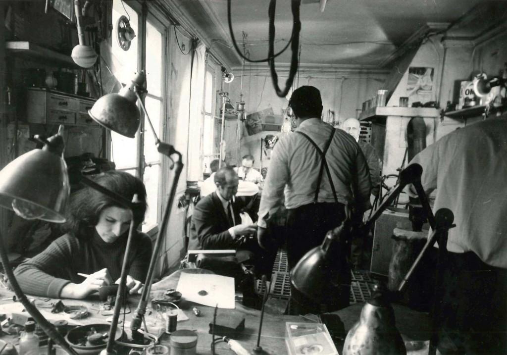 Claude de Muzac travaillant sur un bijou, Atelier Roussel, pour l'émission d'Adam Saulnier, 1968