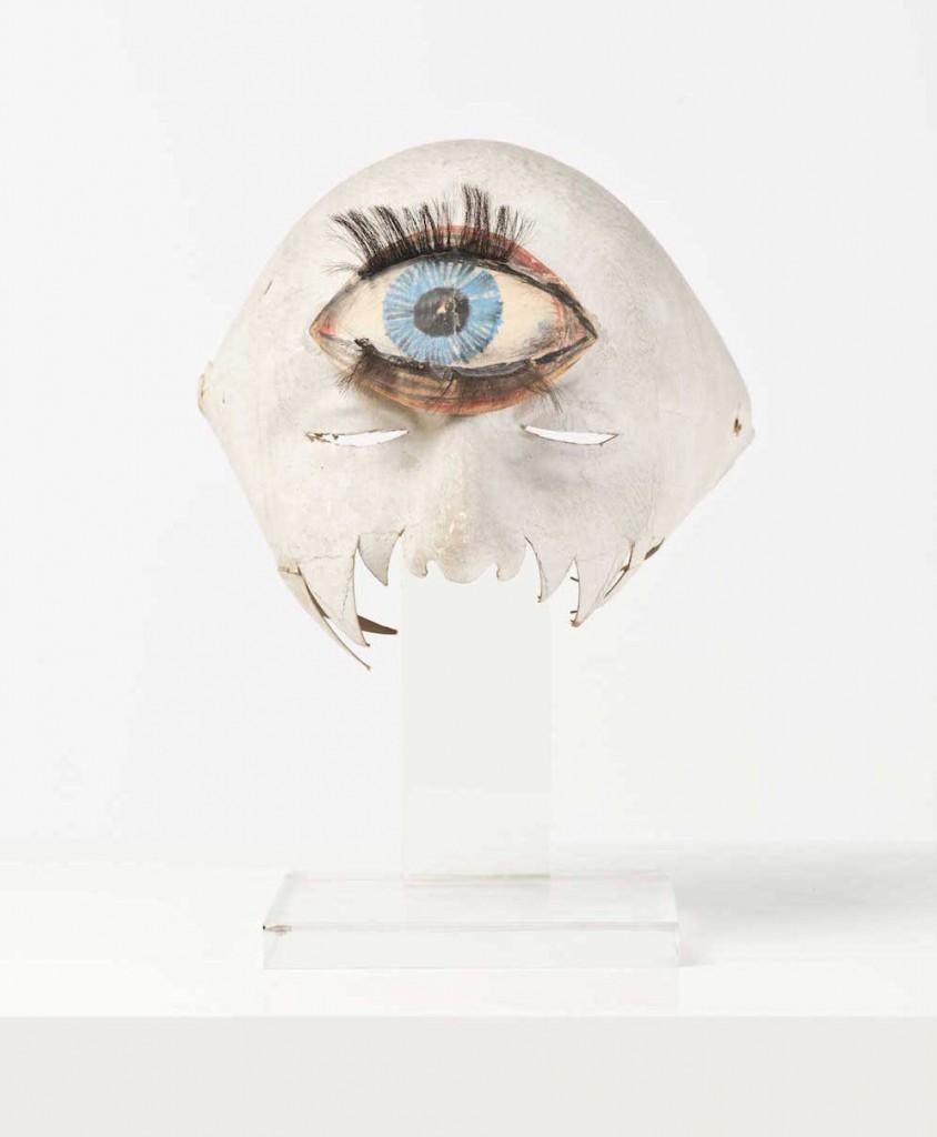 Max Ernst, Masque de bal, papier cartonné, plexiglas, créé pour le prince Guy de Broglie présenté sur un socle de Claude de Muzac, création 1954