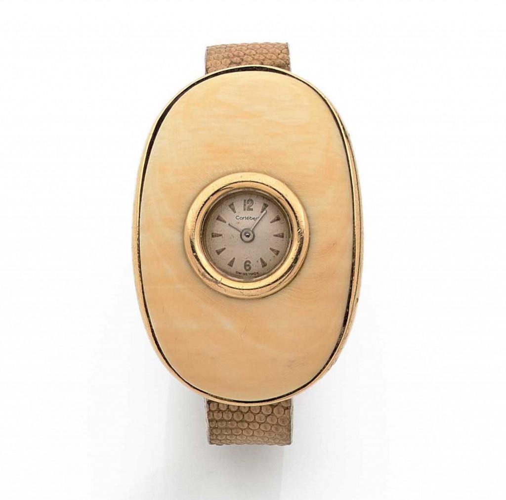 Montre-bracelet de dame en or jaune, cadran s'insère dans un motif incurvé de forme ovale en ivoire, année 1968, Claude de Muzac