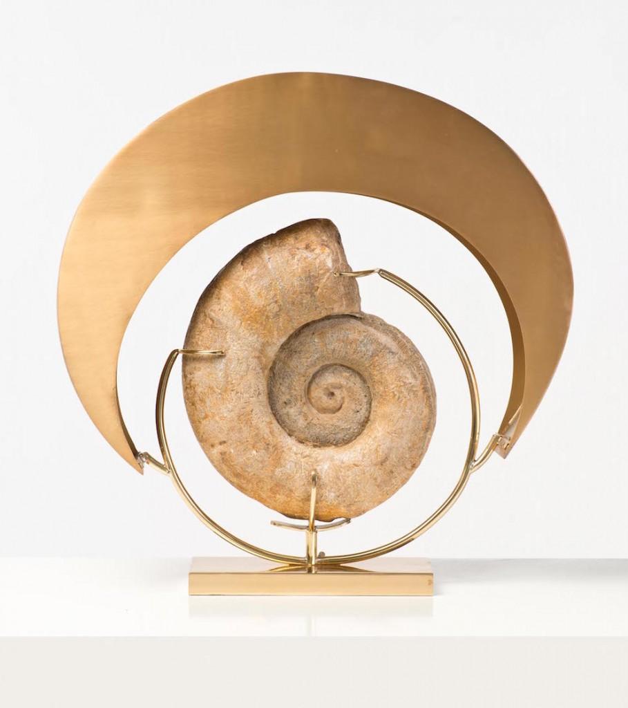 Lampe laiton, bronze et ammonite, création 2013, Claude de Muzac