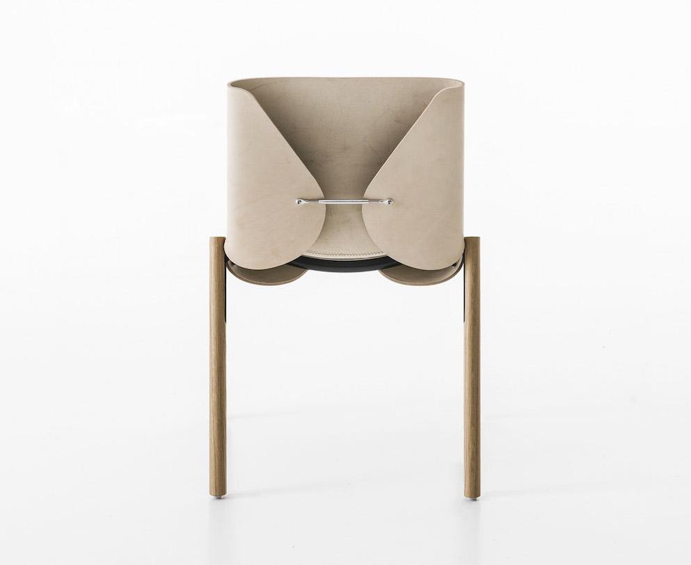 Chaise1085 Edition, Bartoli Design, au dos une barrette appelée tirant, un mécanisme utilisé dans le secteur nautique pour sa robustesse, Kristalia