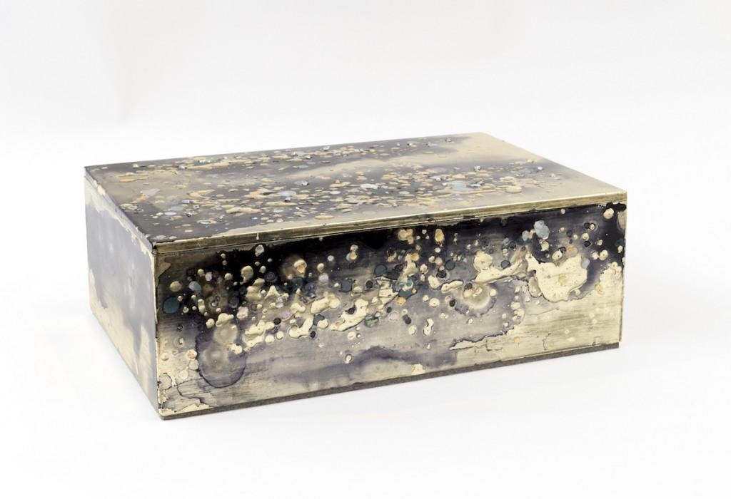 Boite Paulownia, pate feuille d'or, incrsutation de nacre, verre, laque 16cm x 46cmx 30cm, Nancy Lorenz, Galerie Pierre Marie Giraud