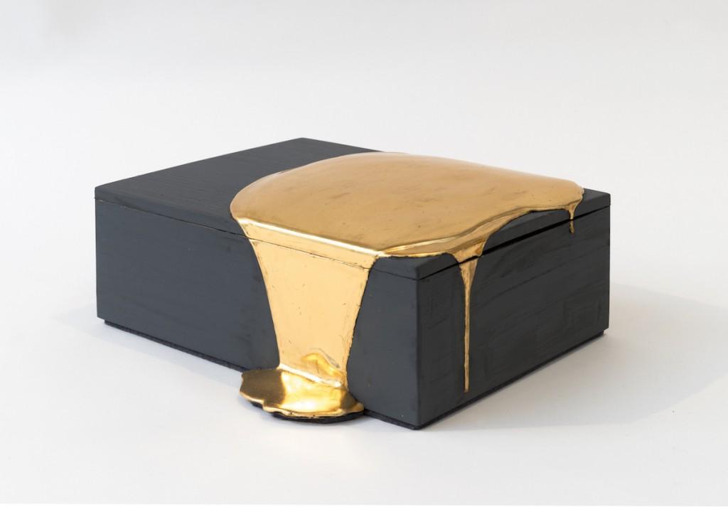 Boite, feuille d'or rouge, plâtre et argile, Nancy Lorenz, Galerie Pierre Marie Giraud