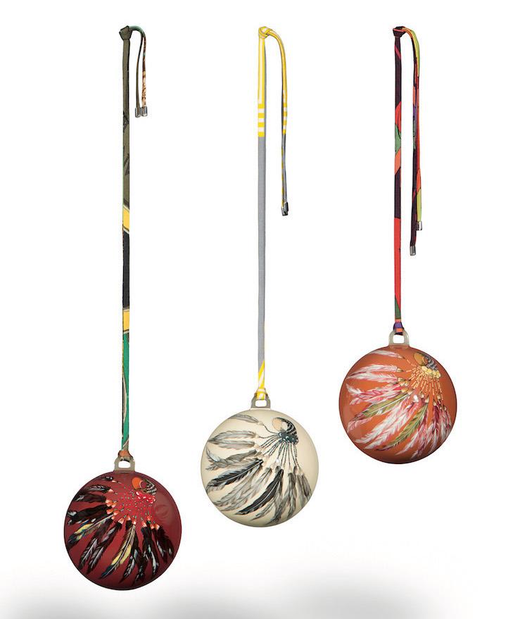 Boules Noël en fibre de verre laquée et corne Hermès, photo Vicente Sahuc