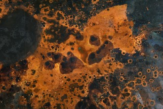 Fresque aux acides sur laiton