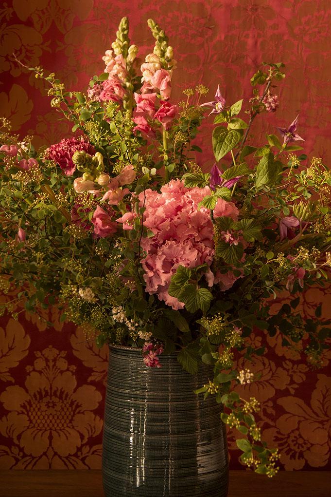 Hortensia, oeillet, clématite muflier, branches de groseillier fleurs.