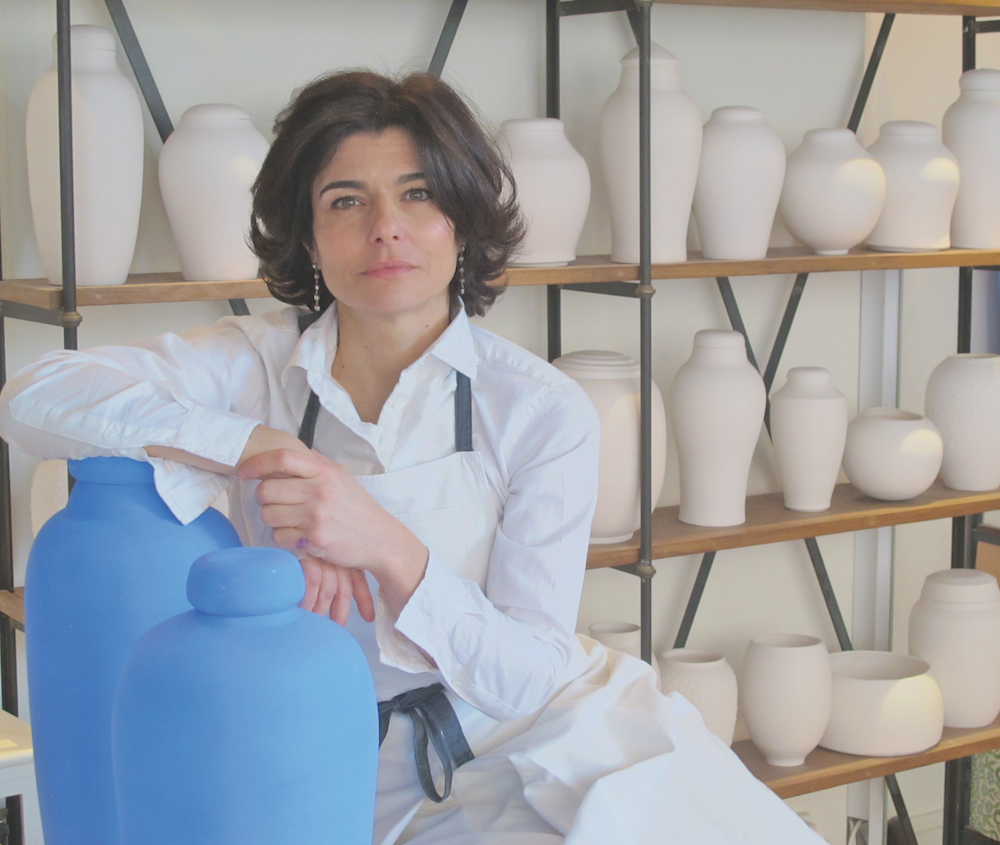 Karen Swami dans son atelier galerie.