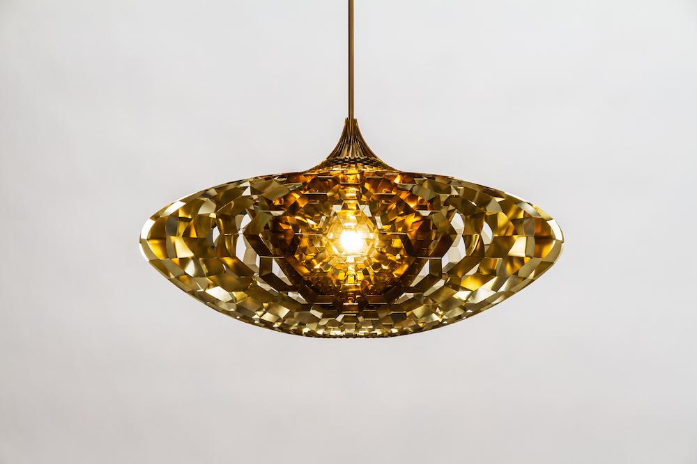 Suspension lumineuse Singularity, laiton et acrylique, design Bob Lorimer, Gallery Fumi