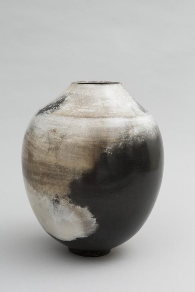 Vase tourné, poli, enfumé, ciré et retravaillé à la laque végétale et à l'étain
