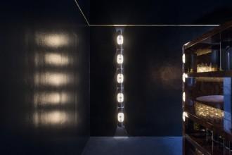Ambiance  et mobiler faisant référence aux années 1960 et 70 dans des coloris  bleu marine et tons de terre,  Dimore Studio